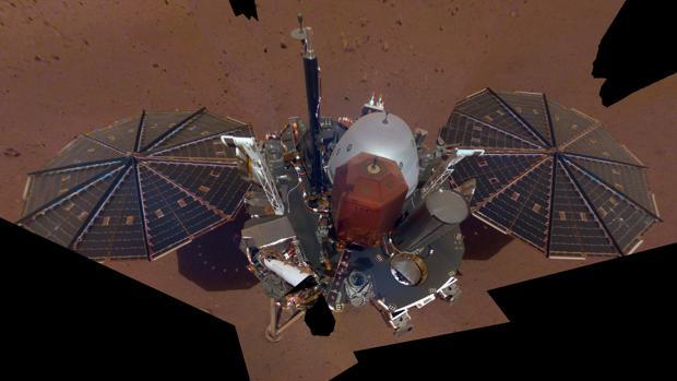 Primera autofoto del aterrizador InSight en Marte. Muestra los paneles solares y la cubierta, con los instrumentos científicos, los sensores meteorológicos y la antena UHF en la parte superior