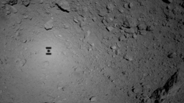La sombra de la sonda Hayabusa 2 aterrizando sobre Ryugu