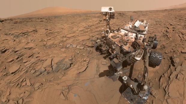 Imagen de archivo del Curiosity en un sitio de perforación en Marte