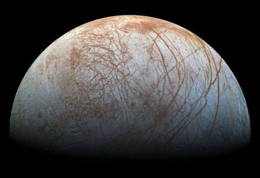 Europa, satélite natural de Júpiter, está compuesto principalmente por silicatos y tiene una corteza de hielo de agua. Cuenta con una leve atmósfera de oxígeno, entre otros gases. Su superficie estriada es la más lisa de los objetos conocido del sistema solar