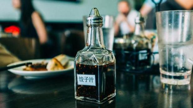 Recipiente con salsa de soja en su interior en un restaurante