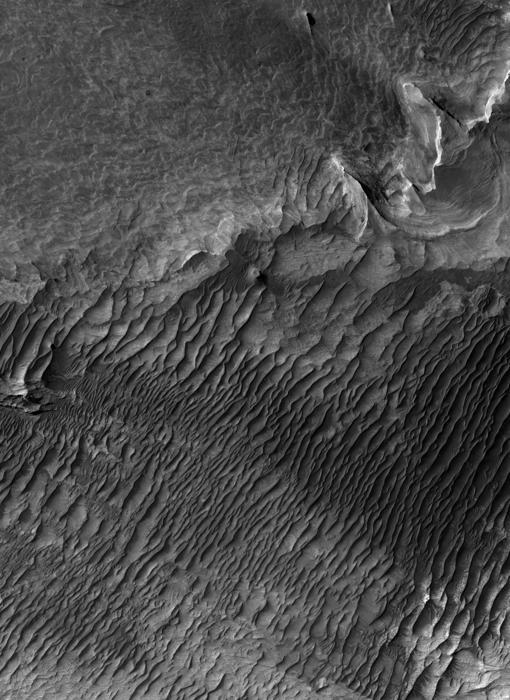 Las superficies claras son las capas de arenisca que sugieren un pasado húmedo y potencialmente habitable