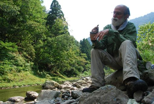 El herpetólogo Alan Savitzky examina una serpiente Rhabdophis cerca de Kioto, Japón