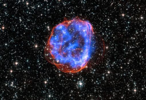 Las explosiones de supernovas esparcen por el espacio el hierro producido en las estrellas más pesadas. Este hierro termina en nebulosas de partículas que eventualmente producen nuevas estrellas y protoplanetas como el que formó Tomanowos