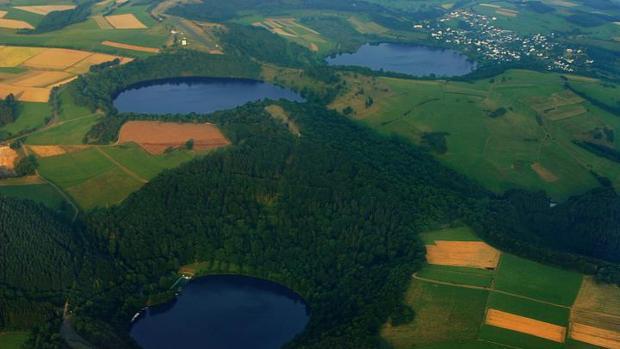 Tres «maars» llenos de agua en Eifel, Alemania (Gemündener Maar, Weinfelder Maar, Schalkenmehrener Maar).