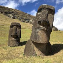 Estatuas Moai en el sitio Rano Raraku en Isla de Pascua