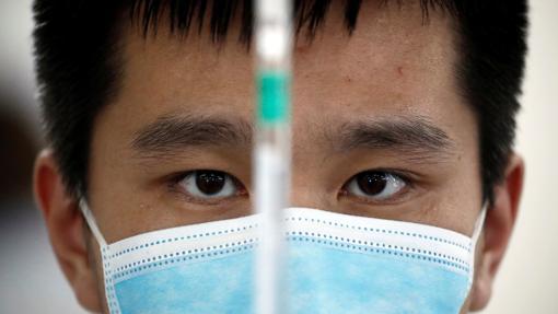 Un trabajador en los laboratorios de Sinovac, en Beijing, China, en septiembre
