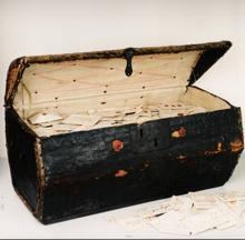 Baúl de cartas del siglo XVII legado al museo postal holandés en La Haya