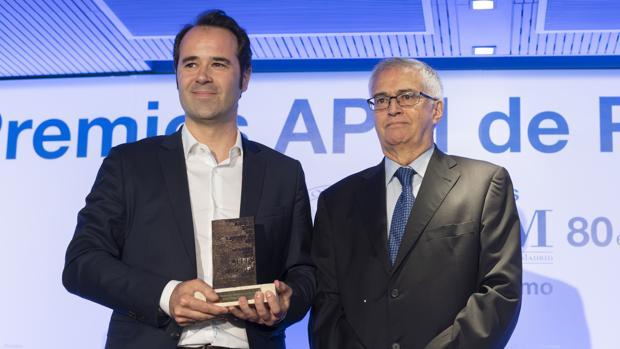 Javier Chicote, junto al vicepresidente de la APM, Nemesio Rodríguez, que le entregó el galardón