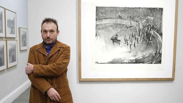 Miquel Barceló, ayer en Calcografía Nacional junto a uno de sus grabados recientes de tema taurino