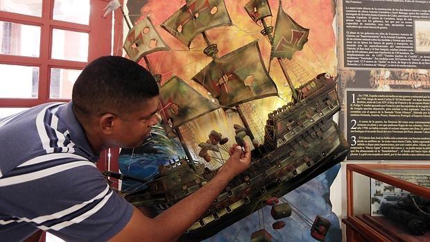 Un turista observa una réplica del San José en Cartagena de Indias