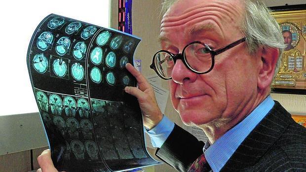 Henry Marsh, examinando imágenes del cráneo de uno de sus pacientes