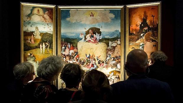 Visitantes observan el tríptico «El carro de heno», del Bosco, en el Noordbrabants Museum de Bolduque