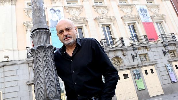 Juan Carlos Pérez de la Fuente, ante la fachada del Teatro Español
