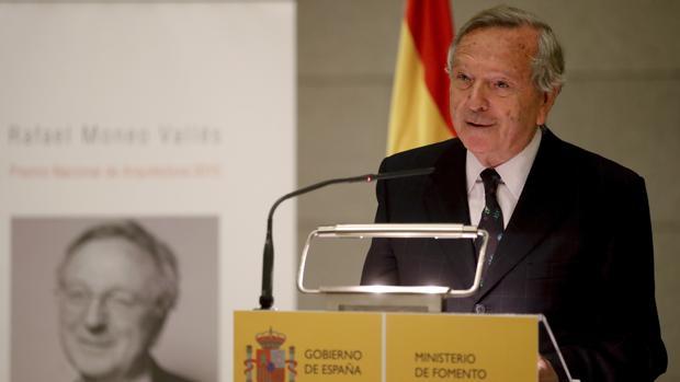 Rafael Moneo durante su discurso tras recibir de manos del ministro de Fomento en funciones, Rafael Catalá, el Premio Nacional de Arquitectura 2015