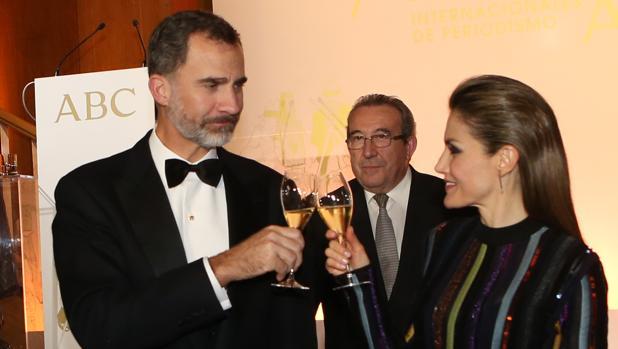 Los Reyes brindan durante la ceremonia de entrega de los premios Mariano de Cavia, Luca de Tena y Mingote