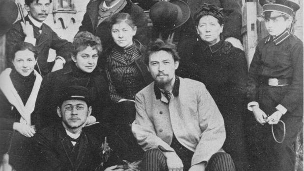 Chéjov (en el centro, sentado), con su familia en 1889 (Detalle)