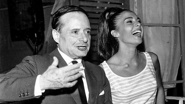 Miguel Mihura, con la actriz Paula Martel