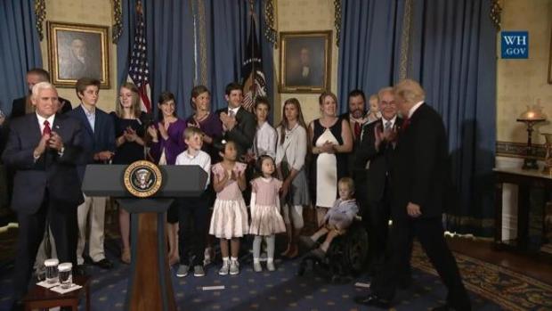 Momento en el que Donald Trump recibe a la comitiva en la que había un niño en silla de ruedas