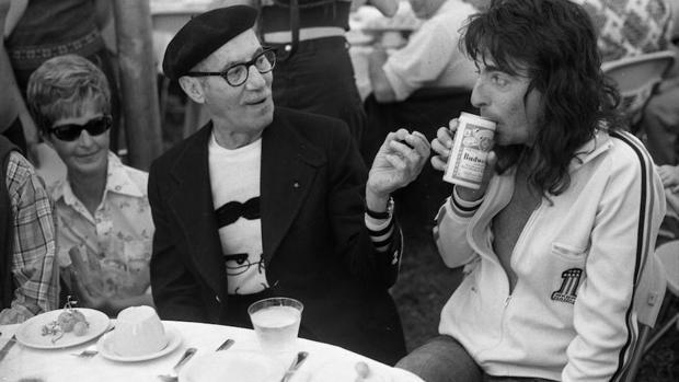 Groucho, en 1974, conversando con el rockero Alice Cooper