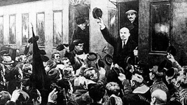 Lenin llega en tren a Petrogrado para dirigir la revolución