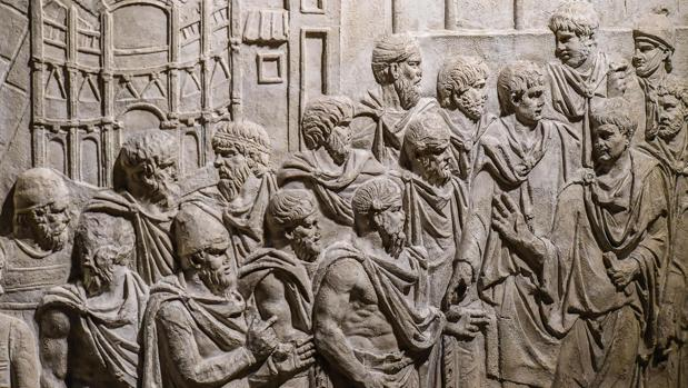 «Trajano recibe embajadores frente a la representación de la ciudad Drobeta», uno de los relieves de las Columnas de Trajano