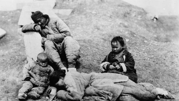 El hambre atroz que se extendió por el país (arriba) fue ignorada por el partido