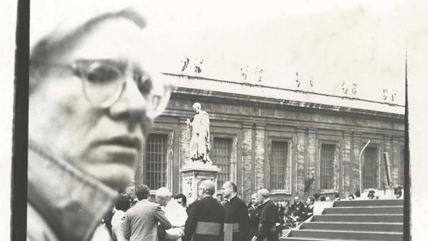 Andy Warhol en una instantánea en el Vaticano que se subastaba el pasado noviembre