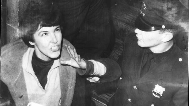 Valerie Solanas es llevada por la policía a una comisaria, acusada de haber disparado a Warhol