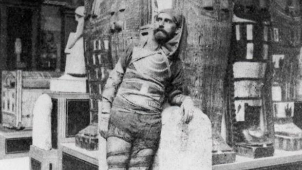Eduardo Toda, Cónsul General de España en El Cairo, disfrazado de momia