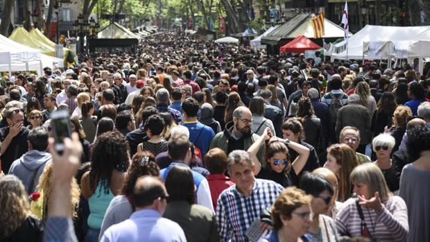 Las calles de Barcelona, llenas de gente el año pasado en Sant Jordi