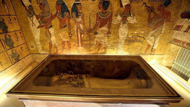 El sarcófago dorado de Tutankamón en su cámara funeraria en el Valle de los Reyes