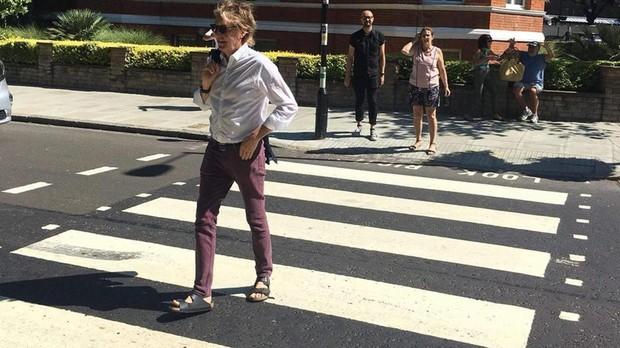 Paul McCartney cruza el paso de cebra de Abbey Road