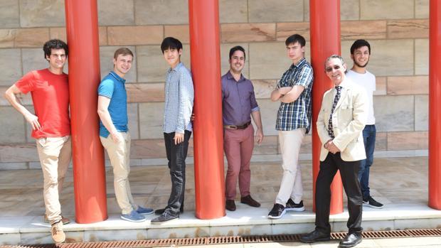 Los seis finalistas del Concurso Internacional de Piano de Santander Paloma O'Shea junto al director de orquesta Miguel Ángel Gómez Martínez
