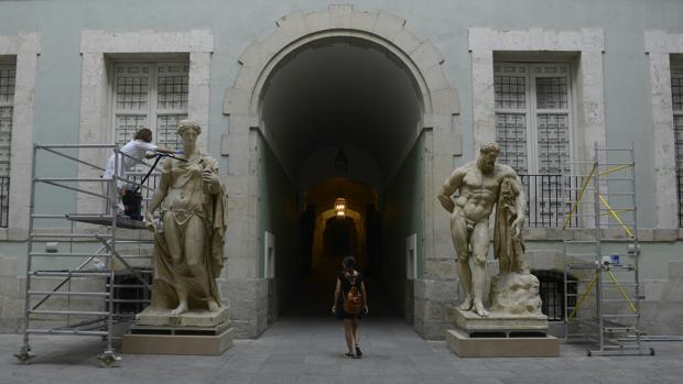 Las esculturas de Flora (izquierda) y Hércules (derecha), durante su restauración en su nueva ubicación en la Real Academia de Bellas Artes de San Fernando
