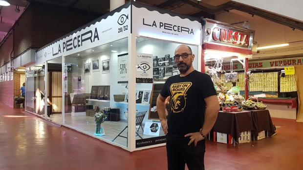 Jimeno, frente a su «puesto-galería» en el Mercado de La Cebada