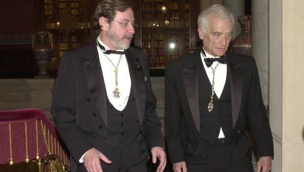 Cebrián en una imagen de 2004, aparece en un acto académico junto con Luis Goytisolo