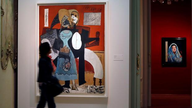 Una visitante pasa frente a «Los enamorados», de Picasso
