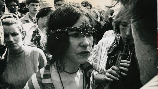 Un grupo de hippies durante una concentración