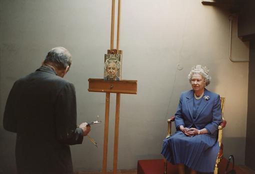 Isabel II posando para un retrato que le estaba haciendo Lucian Freud