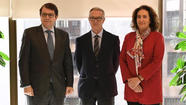 El ministro de Cultura, José Guirao (c), en la reunión con la consejera de Cultura de Castilla y León, María Josefa García (d), y el alcalde de Salamanca, Alfonso F. Fernández Mañueco (i), esta mañana en Madrid