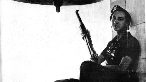 Pilar Pérez Llopis, en el campanario empuñando sui fusil