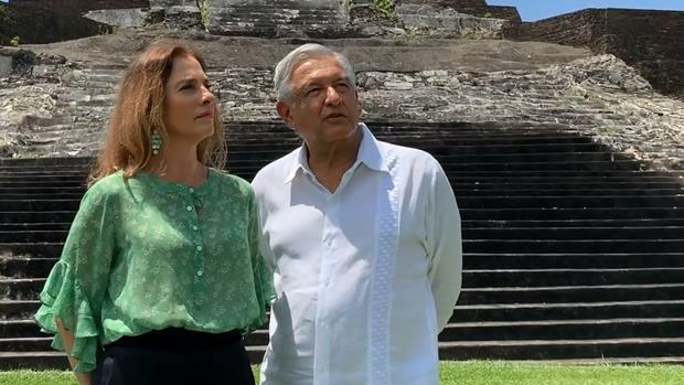 Andrés Manuel López Obrador y su esposa, Beatriz Gutiérrez Müller, en la zona arqueológica de Comalcalco, en el estado de Tabasco (México).