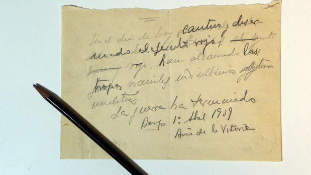 Borrador original del parte final de la Guerra, junto al lápiz con el que se escribió