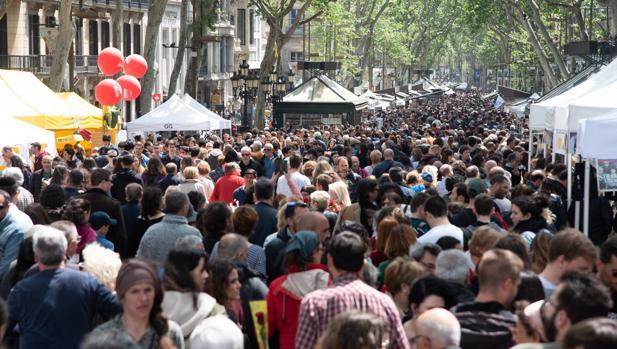 Los barceloneses volvieron a salir a la calle, a pesar de la lluvia, para celebrar el día de Sant Jordi