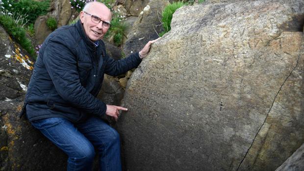El concejal de patrimonio Michel Paugam muestra las misteriosas incripciones en Plougastel-Daoulas
