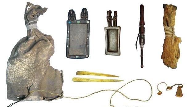 La bolsa de cuero y los objetos del chamán