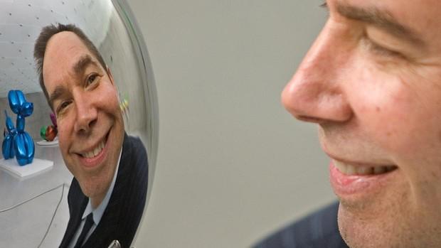 Jeff Koons se refleja sonriente en su «Rabbit»