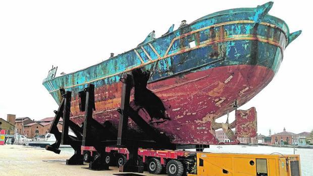 «Barca nostra», la reprensible instalación presentada por Christop Büchel
