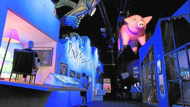 Una vista de la exposición, con el famoso cerdo volador de «Animals»